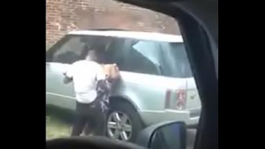 Surpris entrain de baiser une prostituee devant sa range rover
