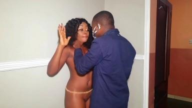 Un cambrioleur fini par baiser la femme qu'il a surpris toute nue