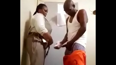 Un detenu baise la garde penitantiere dans son propre bureau