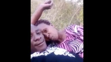 Un vieu et une femme mature baise dans le champs