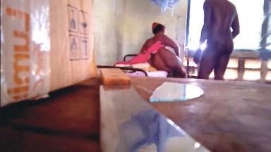 il filme une femme infidel en camera cache